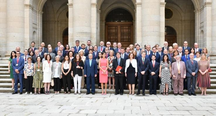 La Reina, junto a los directores del Cervantes. Entre ellos, Francis Oda