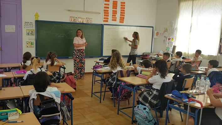 La concejal de Salud, Rosa Pérez, en un aula de un colegio de La Línea