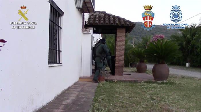 Los agentes entran en una vivienda de Málaga