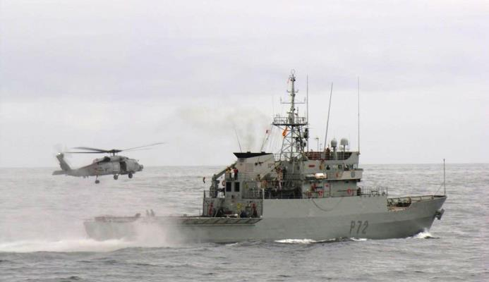 El 'Centinela' operando con un SH-60B 'Seahawk', en una imagen de archivo. Foto ARMADA