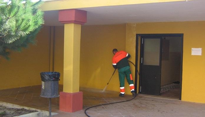 Un operador municipal, en tareas de limpieza en el 'Padre Manjón'