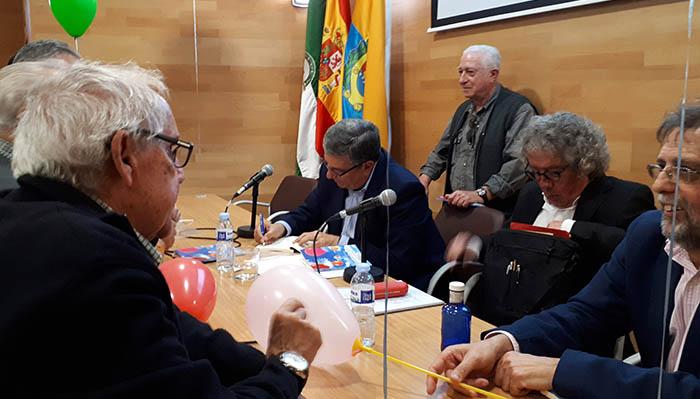 Palacios firmó ejemplares al concluir el acto
