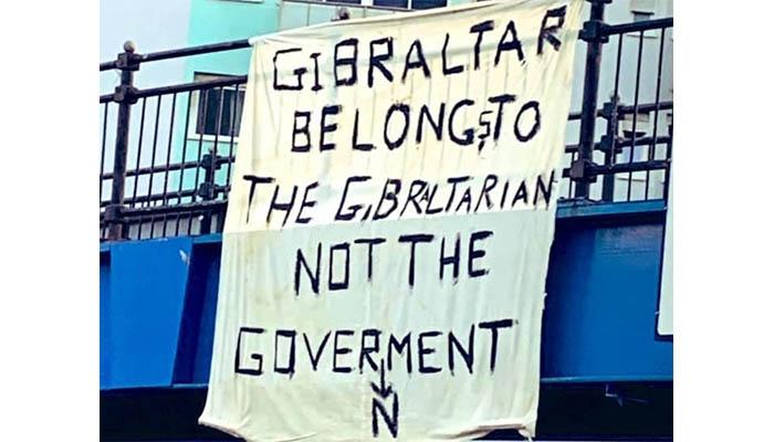 La pancarta aparecía en uno de los puentes del Peñón.