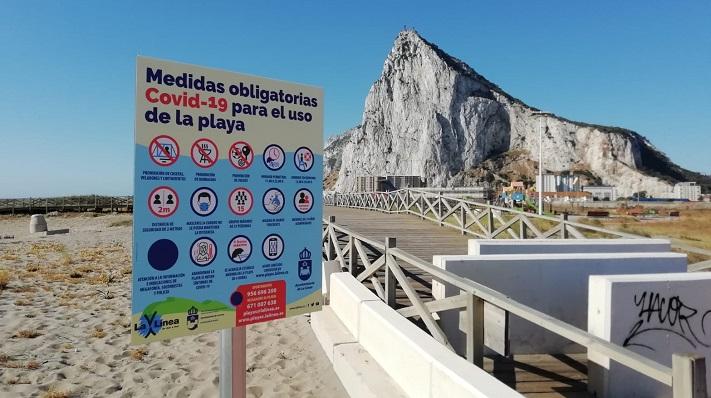 Uno de los paneles informativos de una playa de La Línea