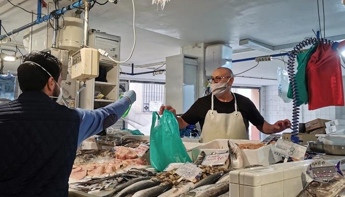 Coronavirus Makers reparte pantallas protectoras en el Mercado de Algeciras