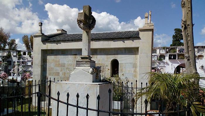 Panteón levantado en el cementerio de La Línea conteniendo los restos de veintiséis italianos fallecidos en el naufragio del Utopía. Foto APG.