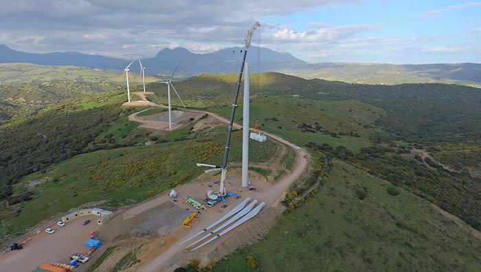 Instalación de un aerogenerador en el Parque Eólico El Tesorillo