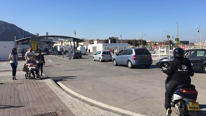 Imagen del paso de vehículos de La Línea a Gibraltar
