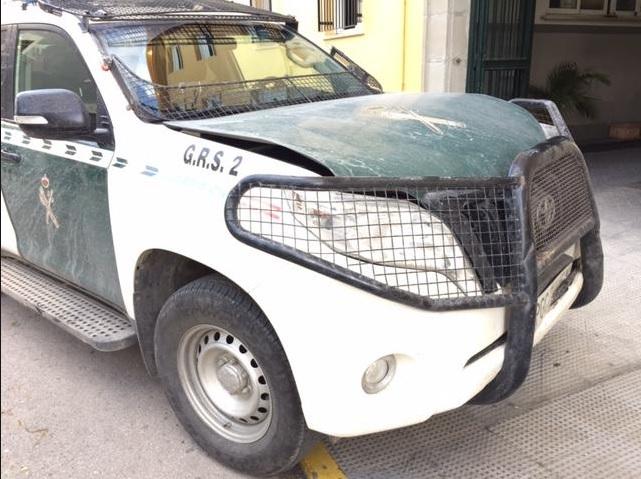 Los efectos de la embestida son visibles en el coche de la Guardia Civil