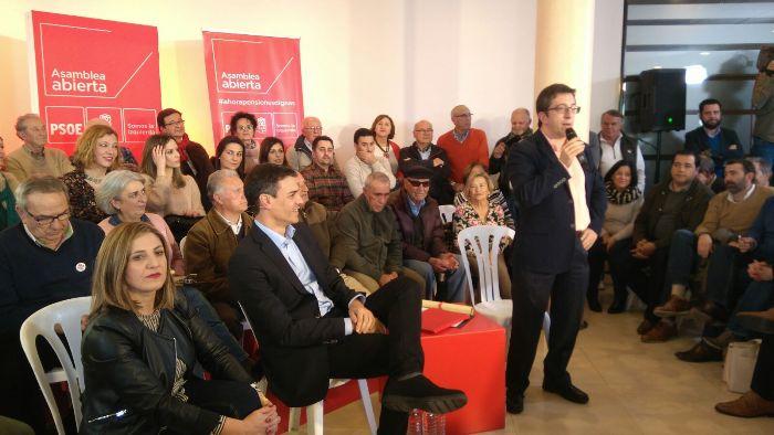 Pedro Sánchez, sentado junto a Irene García, en el acto con militantes de La Línea