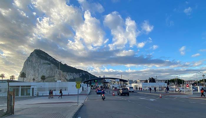 Una imagen reciente de la Verja que separa a La Línea de Gibraltar. Foto: Sergio Rodríguez