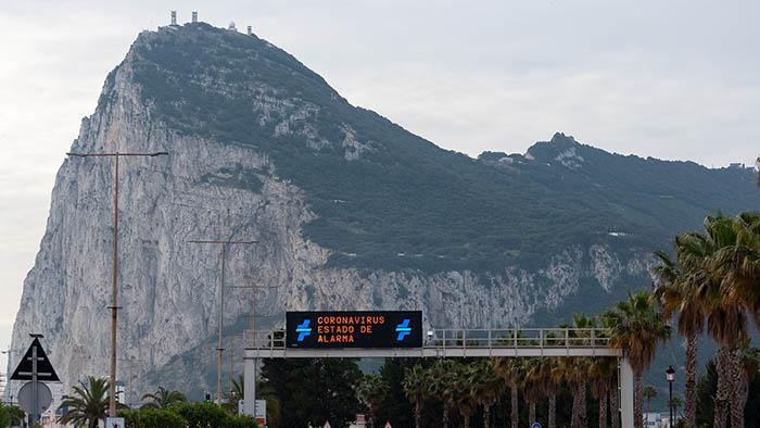 Aviso de Alarma en la carretera que conduce al Peñón de Gibraltar. Foto Sergio Rodríguez