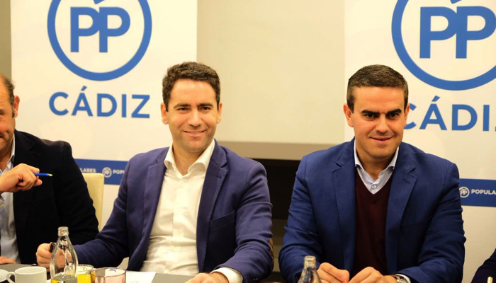 El candidato popular por Cádiz, José Ortiz, junto a Teodoro García Egea
