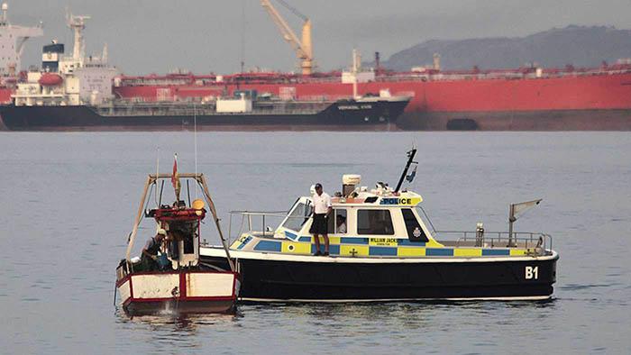 Pescador español y patrullera gibraltareña