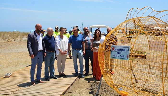 Imagen del pez de reciclaje instalado en la playa de Torreguadiaro