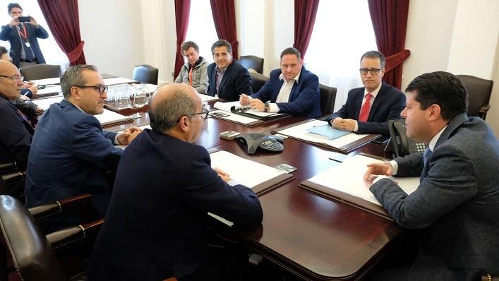 Lorenzo Pérez Periáñez, de espaldas, en una reunión con Picardo