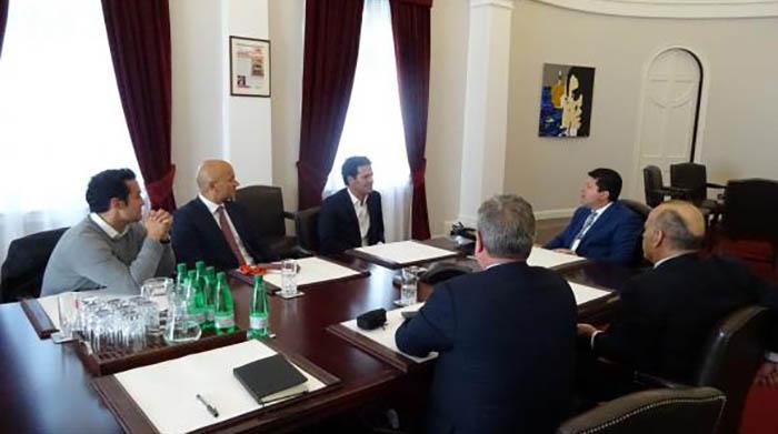 Casares y Picardo, en el centro de la foto tomada en el despacho de éste último