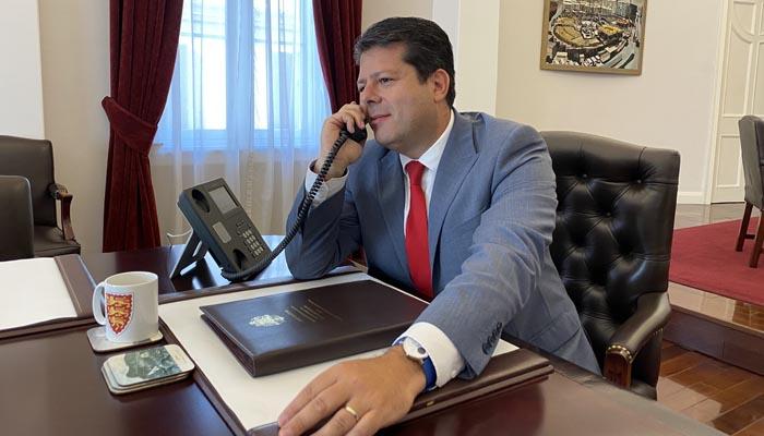 Picardo hablando por teléfono en su despacho. Fotos NG