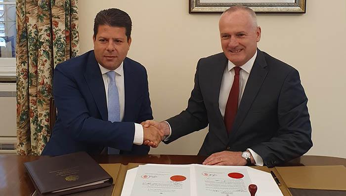 Picardo (izda) y Davis, ante los documentos de la convocatoria electoral. Foto InfoGibraltar