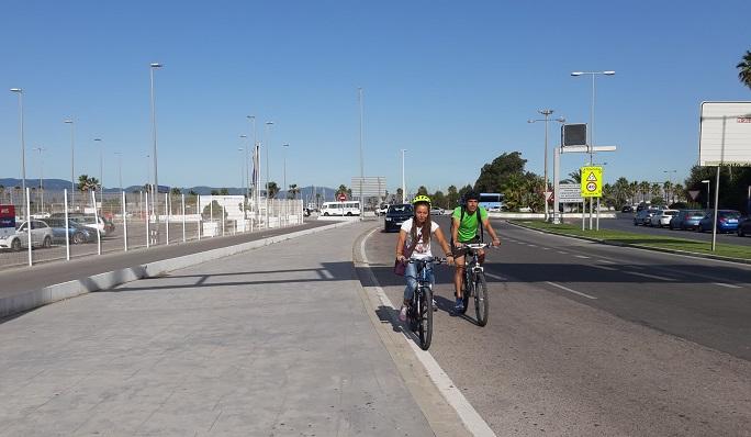Los ediles Raquel Ñeco y Manuel Abellán supervisaron, en bicicleta, varias zonas de la ciudad