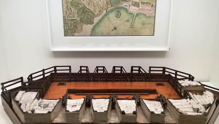 Plano de 1705 de Gibraltar y maqueta de batería flotante. Foto: LR