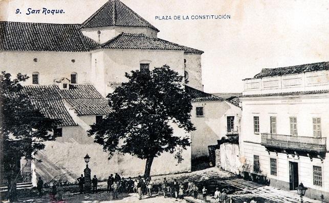 Iglesia de Santa María la Coronada, lugar donde se encuentran  la mayoría de imágenes de Gibraltar, y Plaza de Armas. Postal de 1906