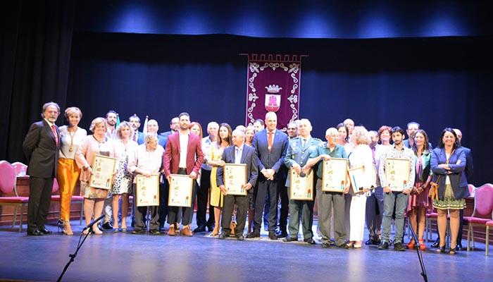 Imagen de grupo de las autoridades y condecorados en San Roque