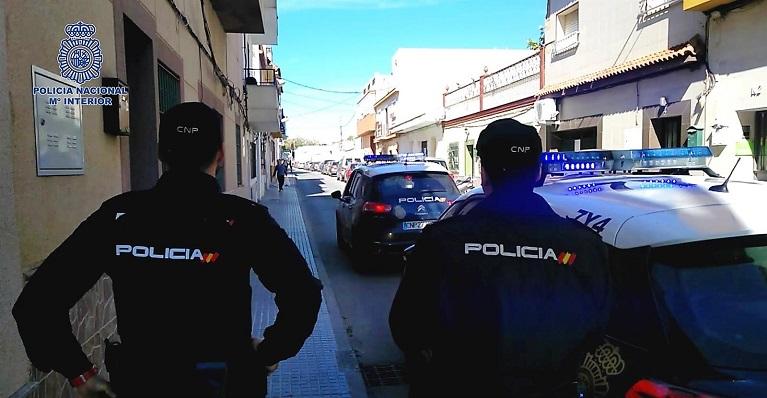 Dos agentes del Cuerpo Nacional de la Policía, prestando servicio en La Línea