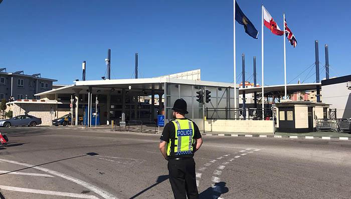 Policía gibraltareño en la Verja. Foto Sergio Rodríguez