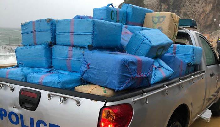 Vehículo de la Policía de Gibraltar transportando parte de los fardos