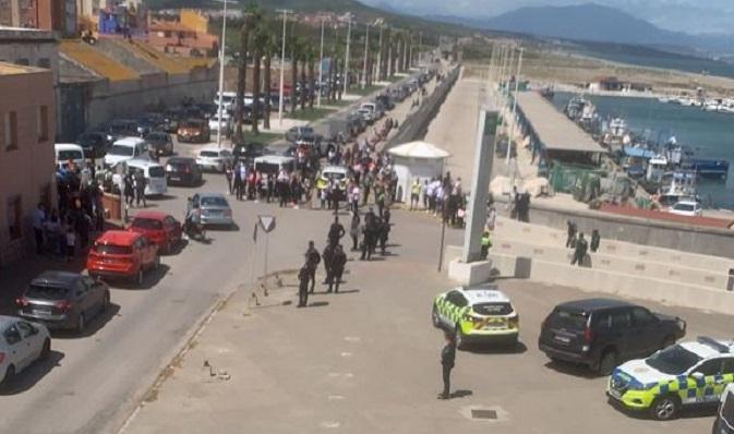 Personas agolpadas junto al Puerto Pesquero de la Atunara. Foto; NG
