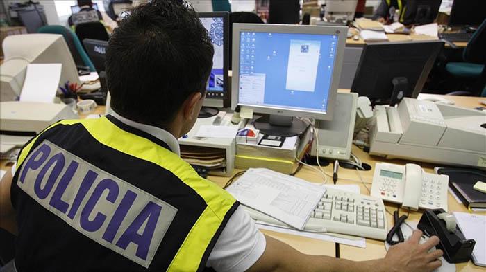 Agente de la policía ante un ordenador