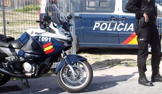 Un agente de Policía junto a varios vehículos del cuerpo. Foto: NG