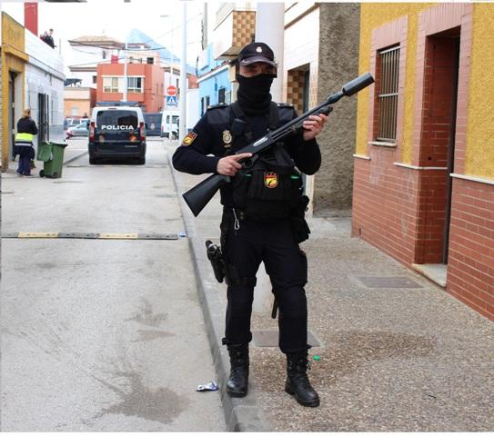 Un agente de la Policía Nacional durante una operación en La Línea