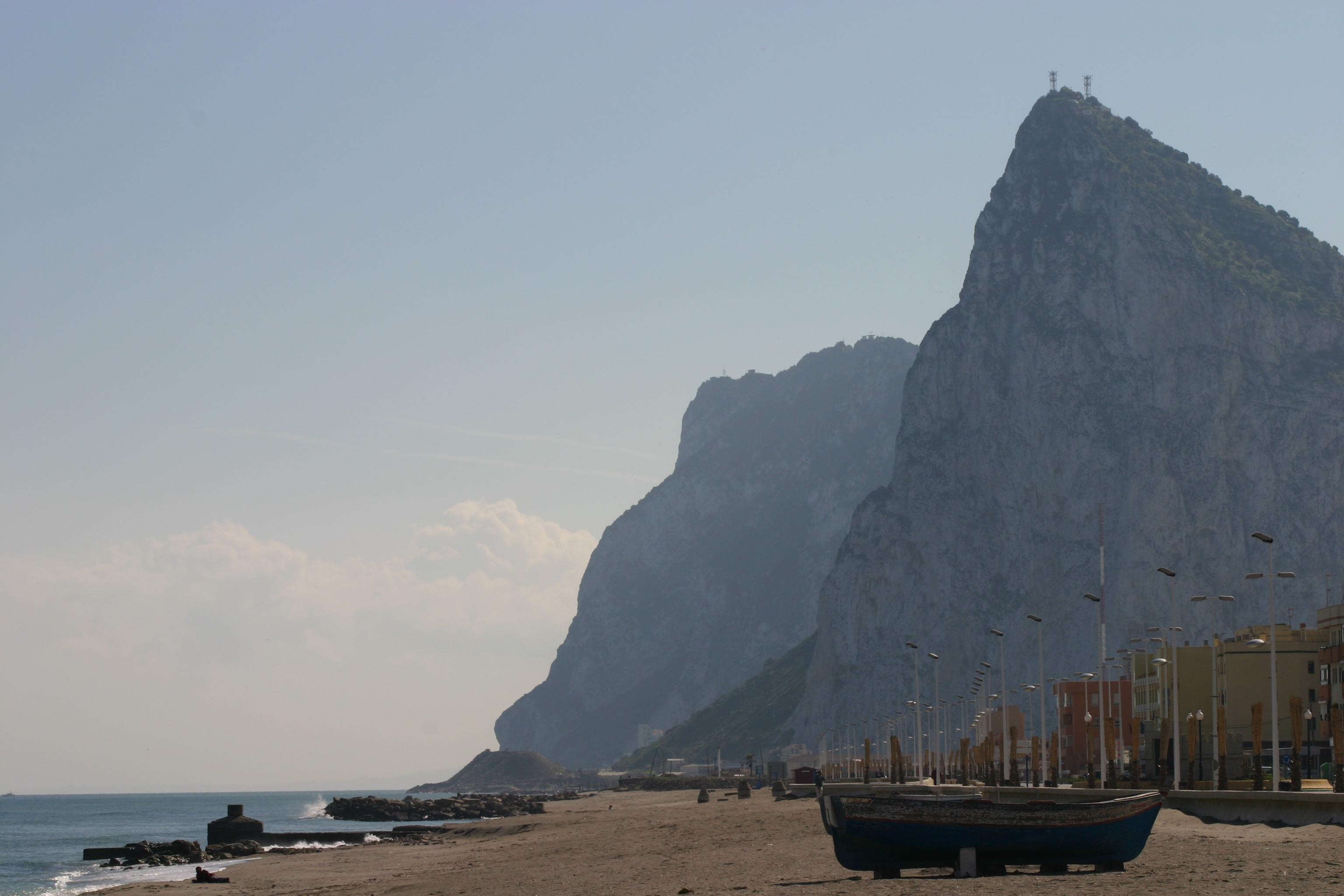El peñón de Gibraltar desde el barrio de La Atunara de La Línea