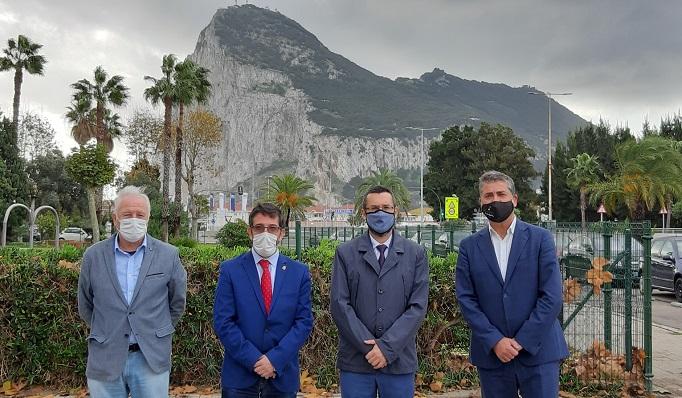 El alcalde junto a los portavoces de los grupos municipales. Foto: lalínea.es