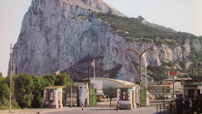 Postal del paso fronterizo desde La Línea a principios de los setenta del pasado siglo (Archivo APG)