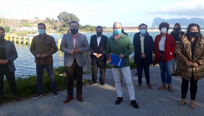 Los populares, junto a la barrera antinarcos del Guadarranque. Foto PP