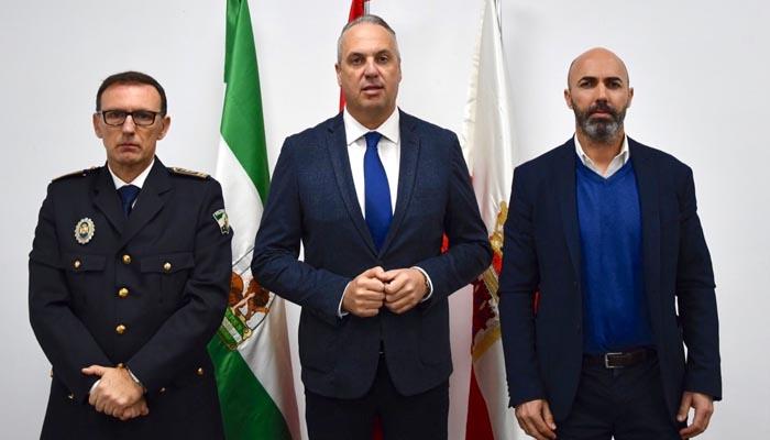 El nuevo jefe de la Policía Local, con el alcalde y el concejal de Seguridad Ciudadana