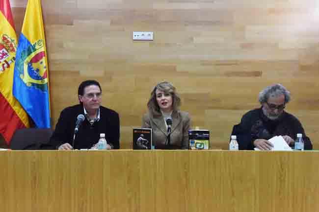 José Chamizo, a la derecha, en la presentación de sus libros