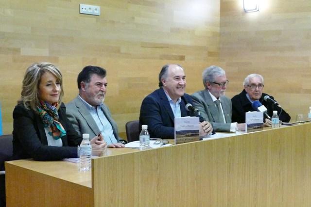 Pedro Ríos, segundo por la izquierda, con el alcalde durante la presentación
