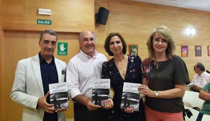 La autora junto al alcalde, la delegada de Cultura y el presidente de la Asociación de la Prensa del Campo de Gibraltar