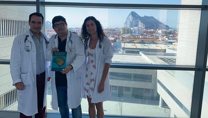 Los autores del libro, en el hospital linense