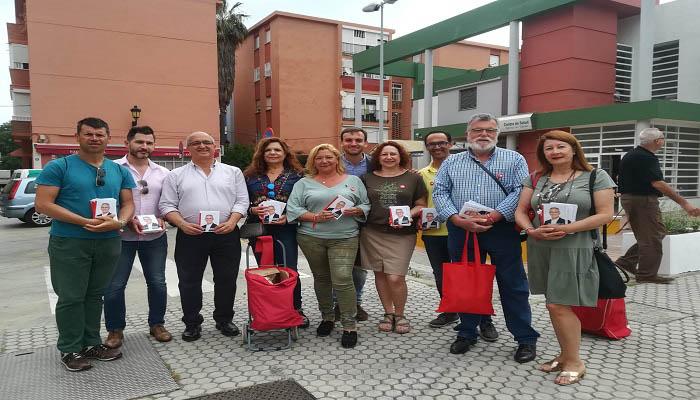 Candidatos del PSOE reparten folletos