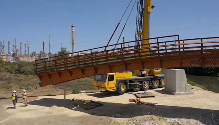 Instalación del puente sobre el arroyo de la Madre Vieja