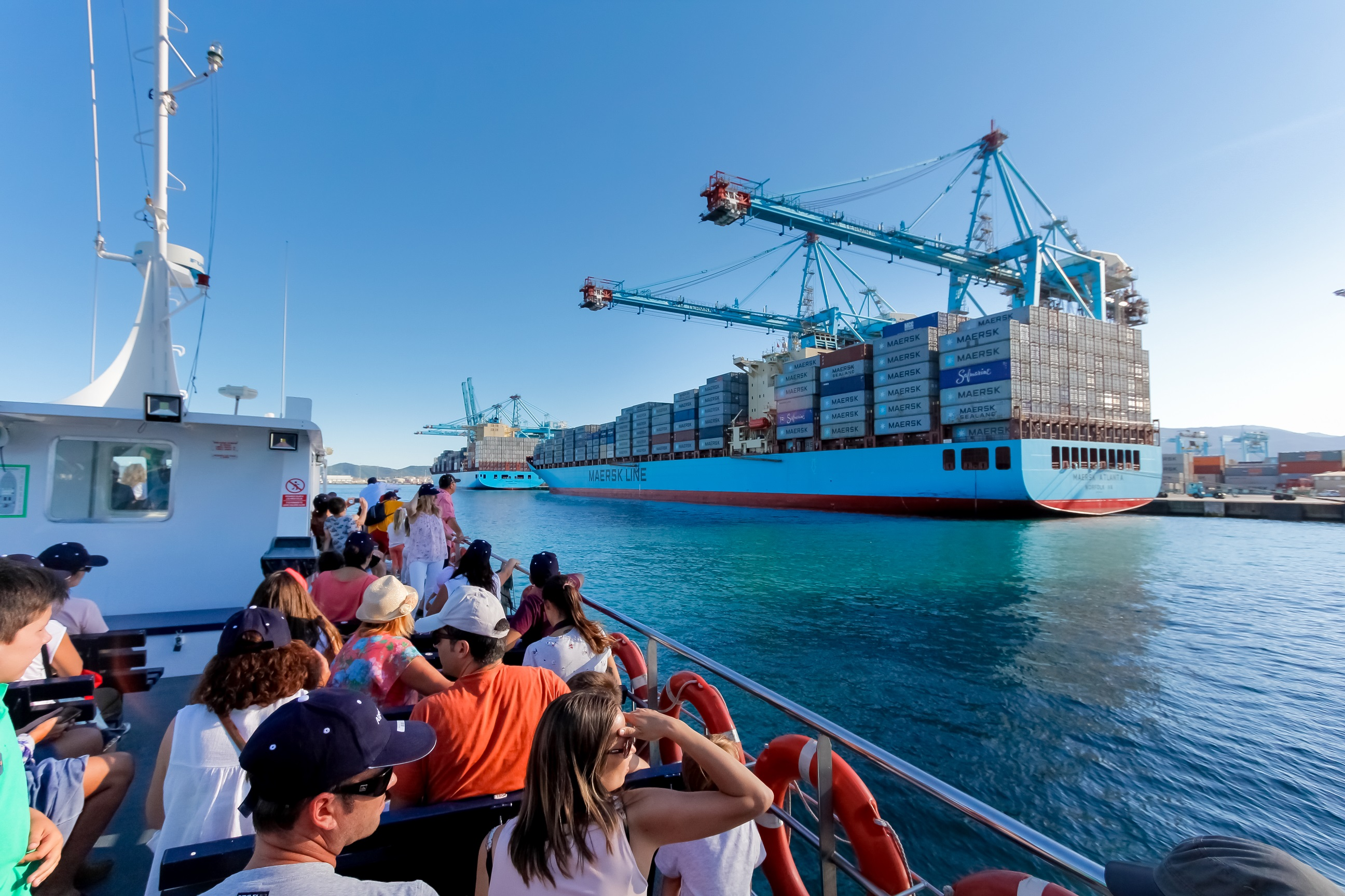 Barco cargado de contenedores atracado en el Puerto de Algeciras