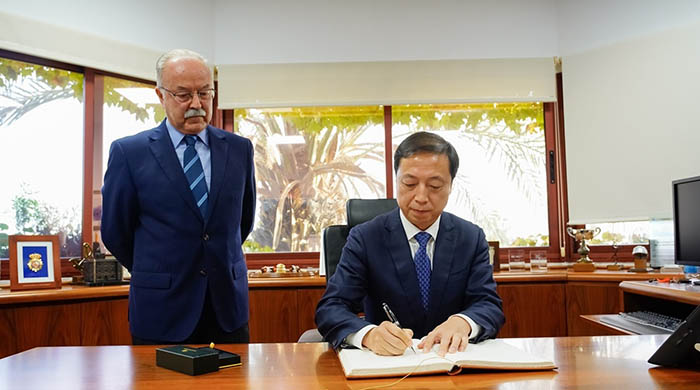 Firma del acuerdo entre los presidentes de Algeciras y Ningbó