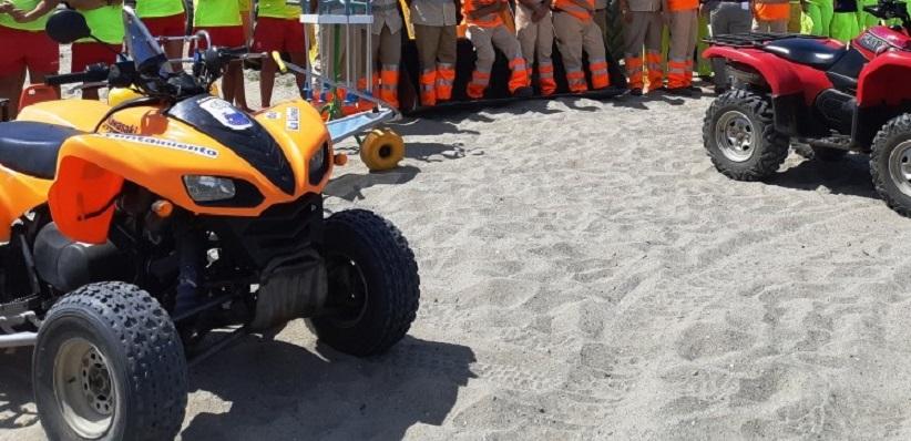 Dos quads del dispositivo de playas de La Línea