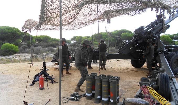 Dotación de una piezas de 155/52, pertenecientes al RACTA-4, desplegada en la zona del Estrecho. Foto EMAD