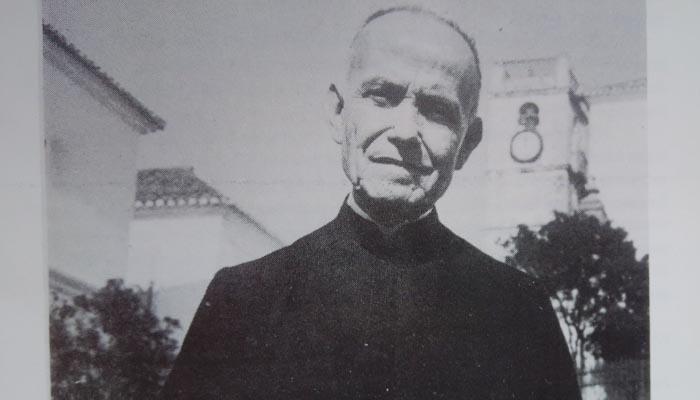 Imagen del padre Caldelas. Al fondo, la iglesia Santa María la Coronada, donde estuvo durante cuarenta y dos años.